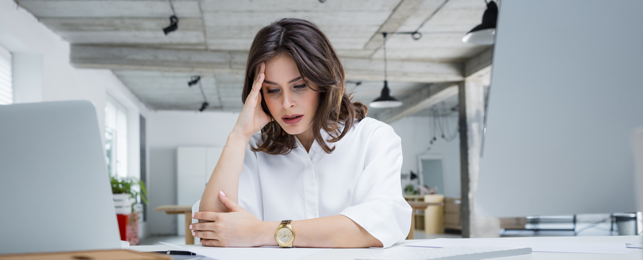 Mujer estresada y triste