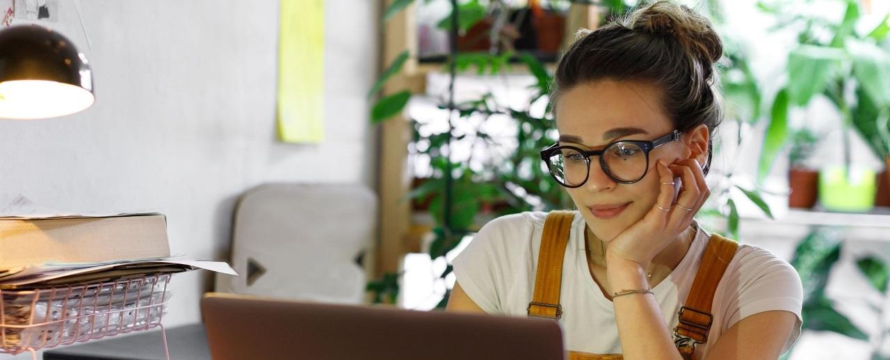 Mujer trabajando en su ordenador
