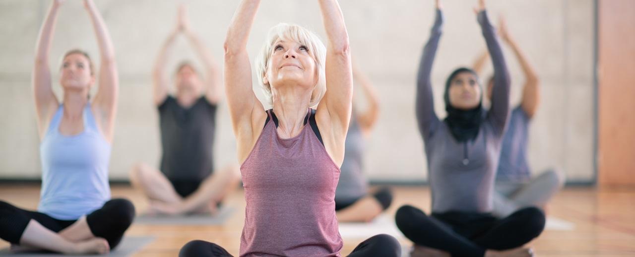 Mujeres haciendo yoga